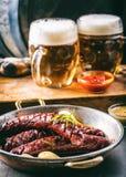 sausage Salsicha Roasted do chouriço Hotel ou restaurante picante Roasted da casa do chouriço da salsicha com uísque do conhaque  Imagens de Stock Royalty Free