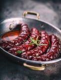 sausage Salsicha Roasted do chouriço Hotel ou restaurante picante Roasted da casa do chouriço da salsicha com uísque do conhaque  Imagem de Stock
