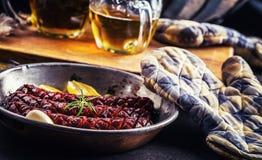 sausage Salsicha Roasted do chouriço Hotel ou restaurante picante Roasted da casa do chouriço da salsicha com uísque do conhaque  Fotografia de Stock Royalty Free
