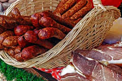 Sausages in wicker basket and bacon Stock Photography