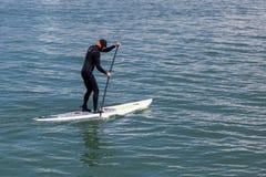 SAUSALITO, CALIFORNIA/USA - 8月6日:用浆划水橇板o 库存照片