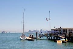 Sausalito Jachthafenschacht und Francisco-Stadt Stockfoto