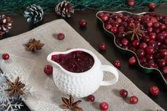 Sause del mirtillo rosso in sausepan ceramico fotografia stock libera da diritti
