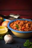 Sause del tomate con los pescados de atún en la tabla de cocina rústica Fotografía de archivo libre de regalías