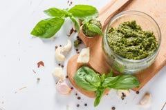 Sause et ingrédients de pesto sur le fond blanc Photo stock