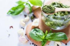 Sause et ingrédients de pesto sur le fond blanc Photos stock