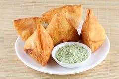 Sause för Fried Indian potatisSamosawith kokosnöt arkivbild