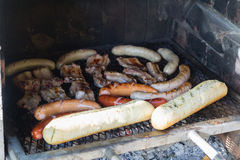 Saussages和肉在格栅 库存照片