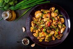 Sauté avec le poulet, les champignons, le brocoli et les poivrons Photo libre de droits