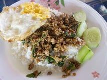 Sauté de basilic de porc de nourriture avec les oeufs au plat et le riz blanc photo stock