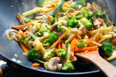 Sauté de wok avec des légumes images stock