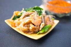 Sauté thaïlandais décadent de poulet et de crevette photographie stock