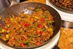 Sauté végétarien avec des nouilles faisant cuire dans le wok Images stock