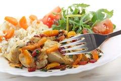 Sautéed ha fritto il pollo del seno con le verdure e l'insalata immagini stock