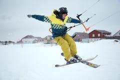 Saut à skis extrême de style libre avec le jeune homme à la saison d'hiver snowkiting Photos libres de droits