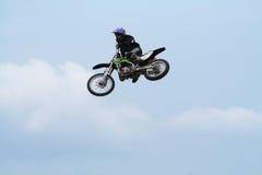 Saut d'arrêt sur une motocyclette Photo libre de droits