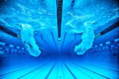 Saut dans une piscine Photographie stock libre de droits