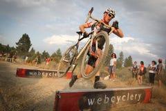 Saut de barrière de Cyclocross Image libre de droits