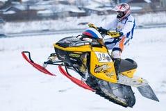 Saut de motoneige de sport sur la voie Photos stock