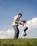 Saut de père et d'enfant Images libres de droits