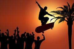 Saut de planche à roulettes au coucher du soleil Photos libres de droits