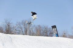 Saut de snowboad de ski Photographie stock