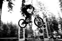 Saut de vélo Photographie stock libre de droits