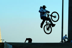 Saut faisant du vélo image stock