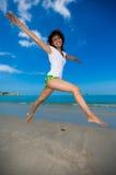 Saut heureux à la plage Photographie stock libre de droits