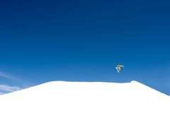 Saut énorme de snowboarding sur des pentes de station de sports d'hiver en Espagne Photo libre de droits