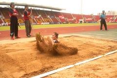 Saut triple dans le championnat sportif ouvert 2013 de la Thaïlande. Images libres de droits