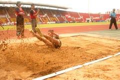 Saut triple dans le championnat sportif ouvert 2013 de la Thaïlande. Image stock