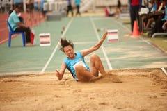 Saut triple dans le championnat sportif ouvert 2013 de la Thaïlande. Image libre de droits