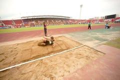 Saut triple dans le championnat sportif ouvert 2013 de la Thaïlande. Photo stock