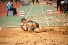 Saut triple dans le championnat sportif ouvert 2013 de la Thaïlande. Photographie stock libre de droits