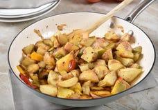 Sauteed potatiskilar royaltyfri bild