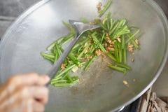 Sauteing японский шпинат Стоковое Изображение RF