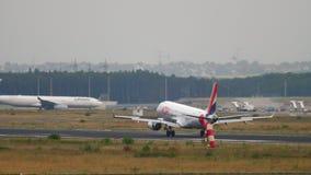 SAUTENT À CLOCHE-PIED l'atterrissage d'Air France Embraer 190 clips vidéos