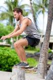 Sauter accroupi de saut de banc d'athlète de forme physique dehors Photos stock