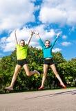 Sauter actif heureux d'enfants photos stock