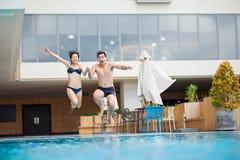 Sauter dans la piscine Photographie stock libre de droits
