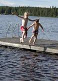Sauter dans un lac Photographie stock libre de droits