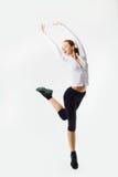 Sauter de femme de forme physique de perte de poids de la joie. Modèle femelle caucasien photo stock