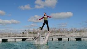 Sauter de femme de l'eau avec des dauphins, nageant avec des dauphins clips vidéos