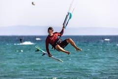 Sauter de kitesurfer photographie stock