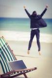 Sauter de port de costume d'homme d'affaires enthousiaste Photographie stock libre de droits