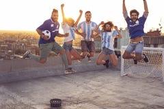 Sauter enthousiaste de passionés du football photographie stock libre de droits