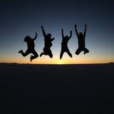 Sauter heureux d'amis extérieur Photographie stock libre de droits