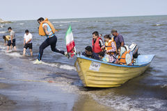 Sauter outre d'un bateau dans le rivage de Mer Caspienne Photos stock