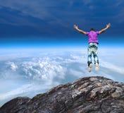 Sauter outre d'une falaise de montagne Photo libre de droits